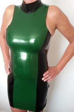 Elastisch latex jurkje waar borsten uit kunnen